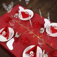 Decorate una tavola di Natale bianca e rossa