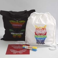 Una Shopping Bag e una borsa con cordoncino decorate con mascherine per stencil e colori a cera in stick