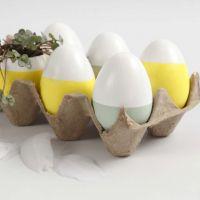 Uova decorate e uova con sementi