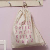 Una morbida borsa in cotone decorata con stampe.