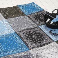 Una coperta imbottita realizzata con bandane