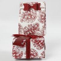 Pacco regalo con decorazioni e carta fantasia di Vivi Gade