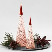 Un albero di Natale a cono posizionato su un portalumino LED