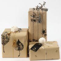 Confezioni regalo con carta da pacchi decorata con timbri