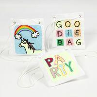 Tracolla decorata con disegni fantasia in carta trasferibile e pennarelli per stoffa