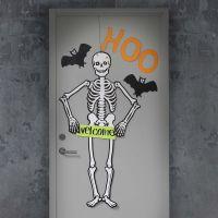 Porta di Halloween decorata con un grande scheletro e pipistrelli