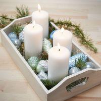 Vassoio con quattro candele e sfere di Natale colorate in vetro e terracotta