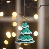Un albero di Natale all'uncinetto da filati di cotone e filati d'oro