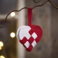 Un cesto di Natale natalizio lavorato all'uncinetto in cotone rosso e bianco