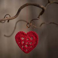 Un piccolo cuore all'uncinetto con filo di cotone