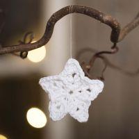 Una piccola stella all'uncinetto con filo di cotone