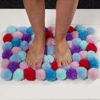 Morbido tappetino realizzato con pom-poms
