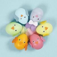 Un coniglietto pasquale e un pulcino con uova decorate con fommy