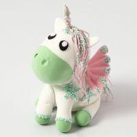 Un unicorno in Silk Clay con ali