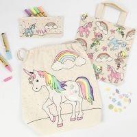 Astuccio unicorno, shopping bag e borsa con chiusura a cordoncino decorata con pennarelli per stoffa, glitter e lustrini