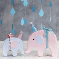 Un elefante decorato con pittura e con piccolo cappellino da festa