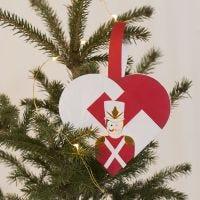 Un cestino natalizio intrecciato a forma di cuore con Schiaccianoci