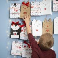 Un calendario dell'Avvento con buste di carta a forma di animali artici