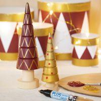 Alberi di Natale in legno decorati con pittura Craft Paint e pennarelli Plus Color markers