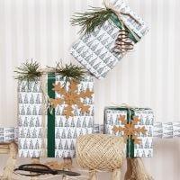 Confezione regalo natalizia con motivo ad albero di Natale e decorazioni in carta finta pelle