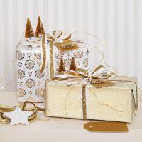 Confezione regalo natalizia d'oro impreziosita da decorazioni glitter