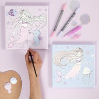 Una tela con motivo a sirena decorata con pennarelli e colla glitter