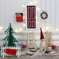 Porta di un elfo con staccionata e cassetta delle lettere