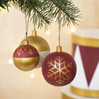 Palline di Natale in legno decorate con vernice Craft Paint e marcatori Plus Color markers