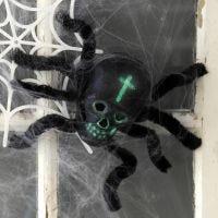 Una decorazione di Halloween a ragno formata da un teschio e da scovolini