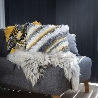 Un cuscino in Rya con filo di stoffa