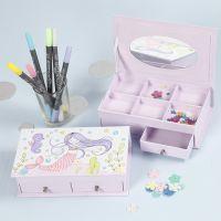 Una scatola per gioielli con fantasia a sirena decorata con pennarelli e lustrini