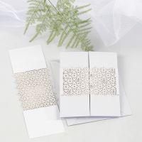 Cinturino di carta con motivo a merletto come chiusura su biglietto a tripla piegatura