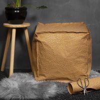 Un pouf in carta finta pelle imbottito di polistirolo