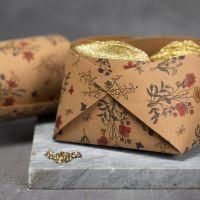 Una ciotola di carta in finta pelle assemblata con rivetti