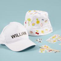 Cappello a secchiello e con visiera decorati con stickers da strofinare