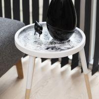 Arte fluida su un tavolino a vassoio con Pouring-Fluid