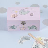 Stickers con disegni di creature marine da strofinare su forziere del tesoro in legno