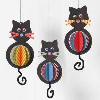 Decorazioni pendenti in cartoncino a forma di gatto con pancini e code in scovolini