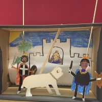 Teatrino di marionette in una scatola da scarpe