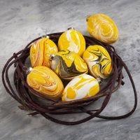 Uova di terracotta decorate con colori marmorizzati