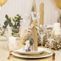 Decori da tavola oro con fiori di carta, palloncini, tovagliolo piegato e segnaposto