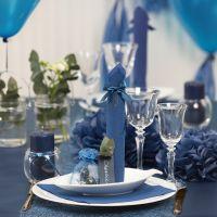 Decori da tavola blu scuro con fiori di carta, palloncini, tovagliolo piegato e segnaposto