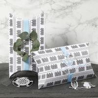 Scatolette a cuscino decorate con nastro blu, anello di metallo e decorazioni ritagliate a tema marittimo