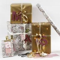 Confezione regalo rosa e dorata con lettere in carta fantasia