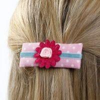 Barretta in cartoncino decorata con stoffa, nastro e fiori in tessuto