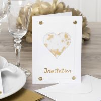 Invito decorato con un cuore di carta pergamena, glitter, strass e pellicola decorativa