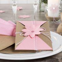 Un invito confezionato e fissato con cordino di cotone e fiore fustellato
