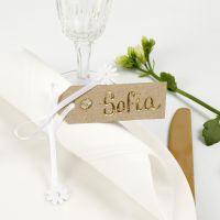 Segnaposto con etichetta manila decorato con pellicola decorativa, strass e nastro satinato