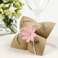 Un menu da cartomante in carta con un fiore fustellato