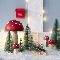 L'Elfo ha un albero di Natale davanti alla sua porta